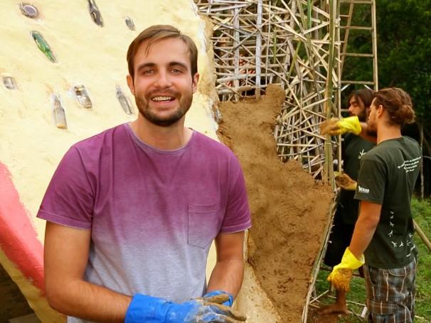 Max Fercondini colocou a mão na massa e ajudou na construção do anfiteatro (Foto: Reprodução)