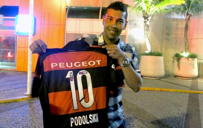 André Santos leva camisa do Flamengo para Podolski (Foto: Cintia Barlem)