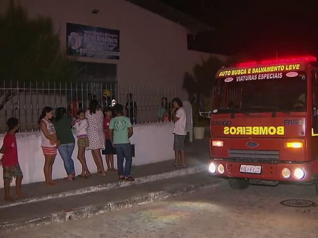 Igreja pegou fogo na noite de quarta-feira no bairro do Costa e Silva (Foto: Reprodução / TV Cabo Branco)