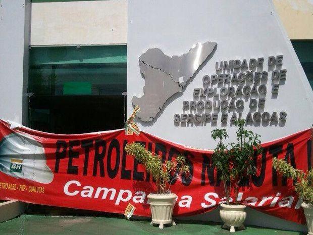 Petroleiros entram em greve contra leilão e pedem reajuste em Sergipe (Foto: Marina Fontenele/G1)