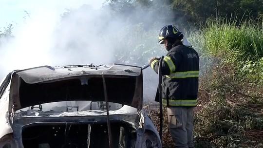 Em MS, polícia investiga de quem é corpo carbonizado em carro