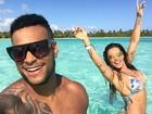 Scheila Carvalho exibe boa forma e curte férias românticas com o marido