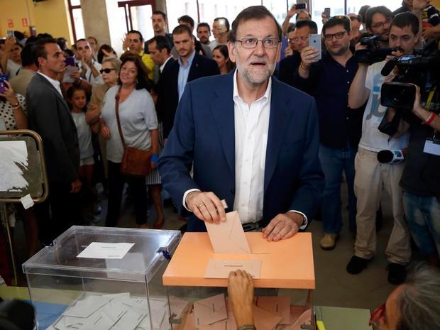 Líder do PP e candidato à reeleição, Mariano Rajoy, votou nesta manhã de domingo (26) (Foto: Juan Medina/Reuters)