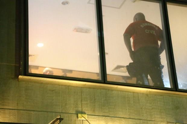 Corpo de maquiador de Gal Costa é retirado da sala Cecília Meireles, no Rio (Foto: Marcello Sá Barretto / Agnews)
