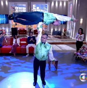 Idoso de 80 anos arrasa em acrobacias (Encontro com Fátima Bernardes/TV Globo)