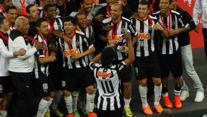 Ronaldinho Gaúcho filma a festa do Galo no gramado (Foto: Léo Simonini)