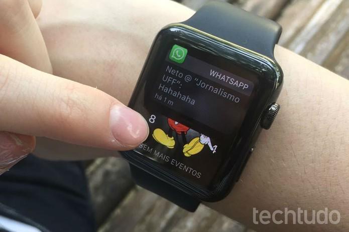 Na tela inicial do relógio, abra as notificações (Foto: Lucas Mendes/TechTudo)