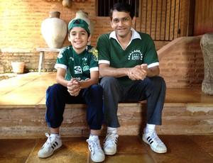 Alemberg Quindins, autor de 'Icasa do Meu Coração', e filho (Foto: Alemberg Quindins/Arquivo Pessoal)