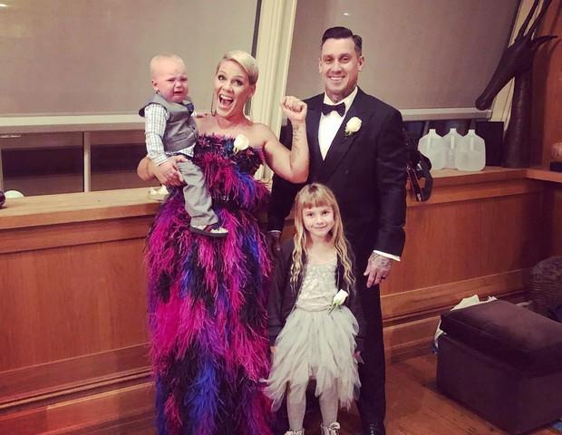 Cantora Pink e sua família (Foto: Reprodução/Instagram)