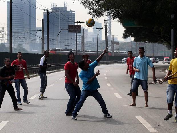 Manifestantes do MST jogam bola na Marginal Pinheiros, sentido zona norte, na cidade de São Paulo, durante protesto contra a Copa do Mundo (Foto: Felipe Rau/Estadão Conteúdo)