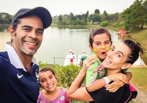 Tania Khalill, Jair Oliveira e as meninas, Isabela e Laura (Foto: Reprodução Instagram)
