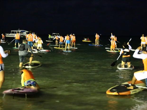 Após a concentração, os praticantes do stand up paddle seguiram em grupo em direção ao mar. (Foto: Jonathan Lins/G1)