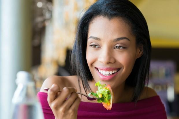 Super salada é dica para se alimentar de forma saudável sem passar fome (Foto: Thinkstock)