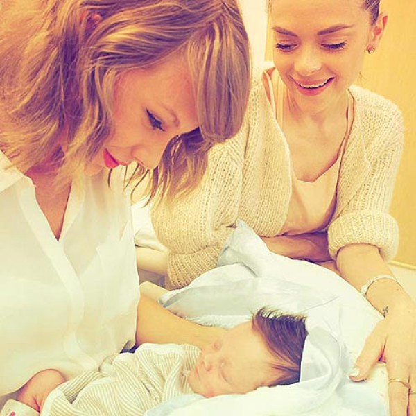 Taylor Swift com Jaime King e o seu filho (Foto: Instagram)