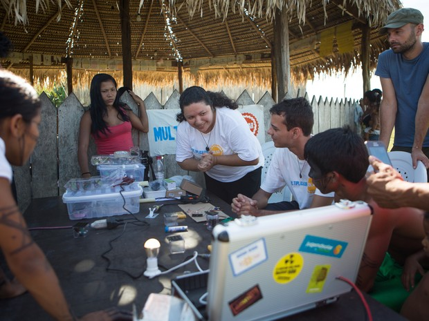 Multiplicadores Solares fazem oficina de forno e energia solar na aldeia Sawré Muybu. O povo Munduruku habita a Terra Indígena Sawré Muybu, no coração da Amazônia, há gerações. Mas seu modo de vida está ameaçado pelos planos do governo brasileiro de const (Foto: Divulgação/ Otávio Almeida/ Greenpeace)
