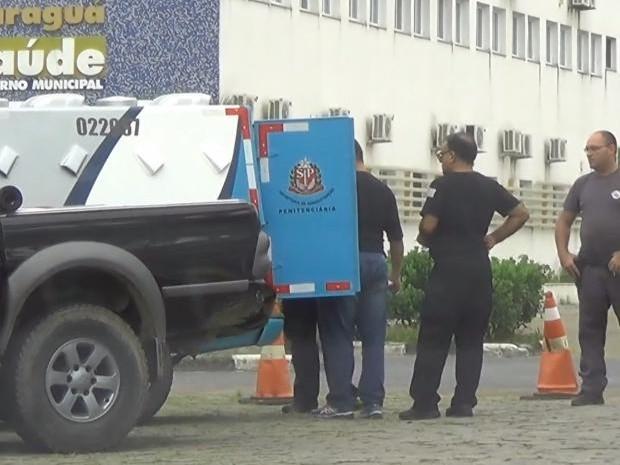 Preso é levado em veículo da Secretaria de Administração Penitenciária para prestar depoimento no DP (Foto: Renato Ferezim/TV Vanguarda)