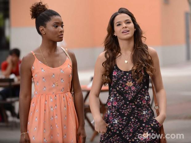 O que será que Alice e Luiza estão falando? (Foto: Raphael Dias/TV Globo)