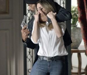 Kiki foi sequestrada sob os olhares da irmã (Foto: TV Globo)