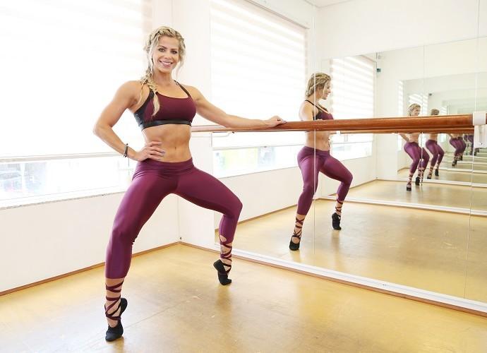 Karina Bacchi arrasa em aula de balé fitness (Foto: Carol Caminha/Gshow)