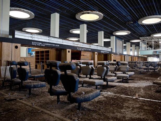 Aeroporto abandonado na área interditada pela ONU desde os anos 70 no Chipre (Foto: Neil Hall/Reuters)