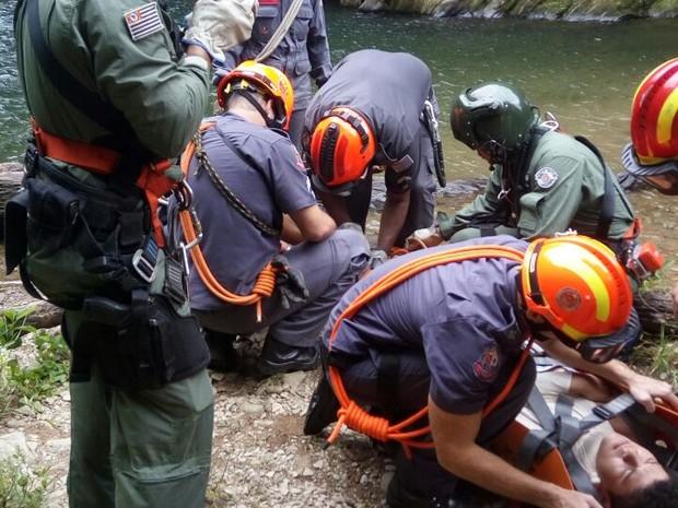 Jovem foi resgatado na Lagoa Azul, em Cubatão, SP (Foto: G1)