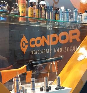 Estande da Condor na Laad no Rio com modelos de spray de pimenta (Foto: Laad/Divulgação)