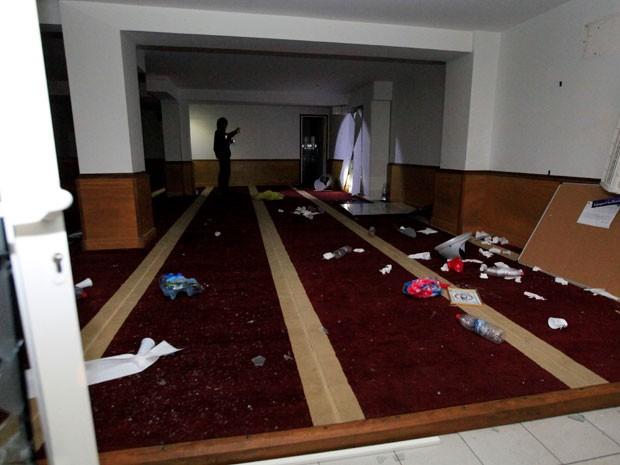 Sala de oração de muçulmanos é destruída nesta sexta-feira (25) (Foto: AFP)