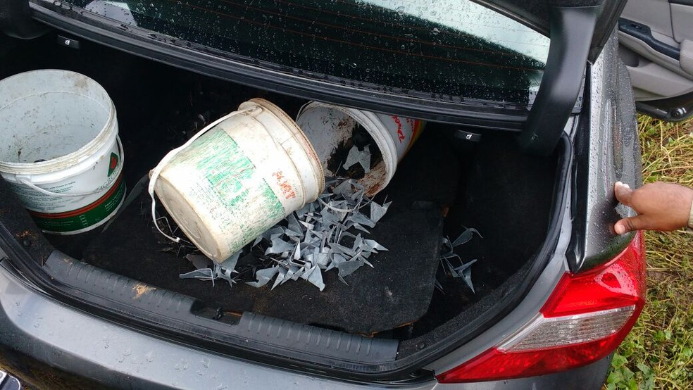 Dentro de um dos carros a PM encontrou baldes com grampos  (Foto: Divulgação/PM)