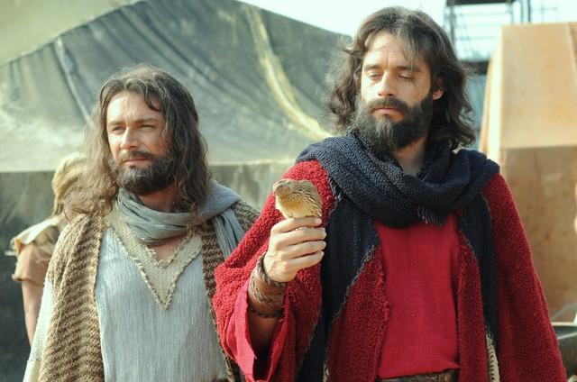 Petrônio Gontijo e Guilherme Winter em cena de 'Os Dez Mandamentos' (Foto: Munir Chatack/ Record)