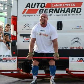 """Marcos Ferrari na prova """"car deadlift"""", em que levantou seis vezes uma van (Foto: Divulgação/Strongman Rage Photography)"""