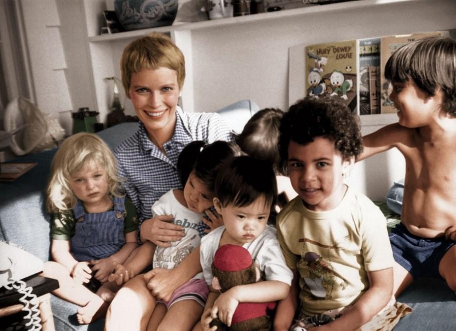 Mia Farrow com alguns dos seus muitos filhos (Foto: Divulgação)