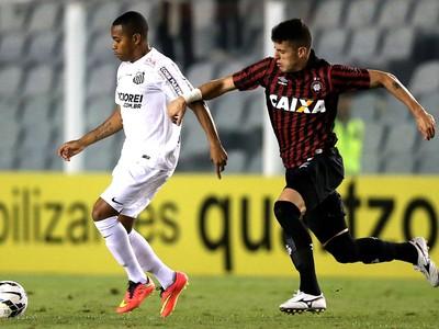 Robinho e Drausio, Santos e Atlético-Pr (Foto: Getty Images)