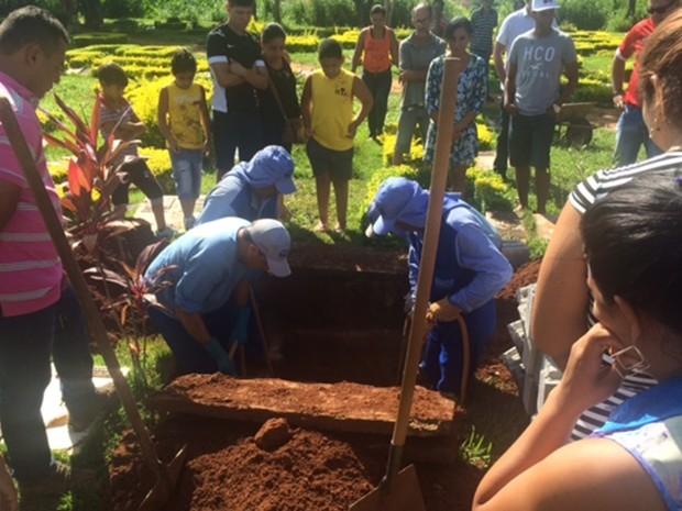 Corpo de Andressa Marçal Souza foi enterrado no Cemitério Jardim das Palmeiras, em Goiânia, Goiás (Foto: Fernanda Borges/G1)