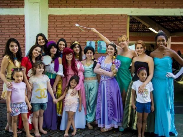 Princesas levaram crianças para passeios em Santos, SP (Foto: Tiago Januário / Arquivo Pessoal)
