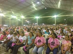 Público participa da missa que antecede a vigília na Praça da Bandeira, em Macapá (Foto: Graziela Miranda/G1)