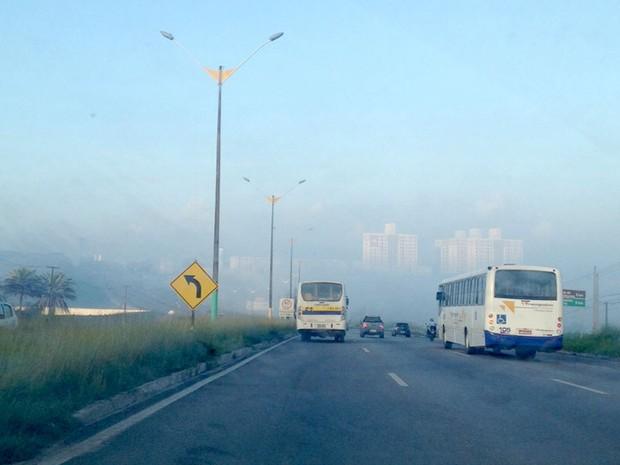 Cidade amanheceu com a visibilidade ofuscada por uma 'fumaça' branca (Foto: Érika Zuza/Inter TV Cabugi)