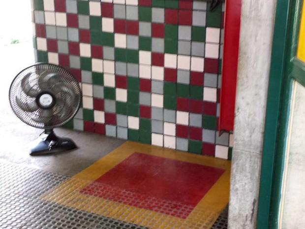 Ventilador levado por candidata fica logo depois do portão da Fafich, na UFMG, em BH (Foto: Raquel Freitas/G1)