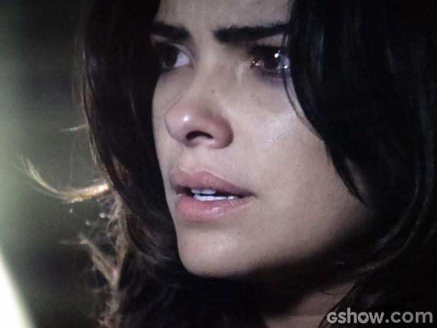 Aline fica pasma ao ver ninho na delegacia... (Foto: Amor à Vida / TV Globo)
