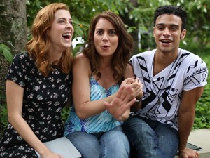 Adriana Prado invade a gravação e brinca com Sophia e Malheiros (Foto: Gshow)