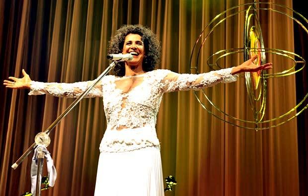 """A cantora Simone, durante o show """"É melhor ser"""", que comemora 40 anos de carreira (Foto: Cristina Granato/Divulgação)"""