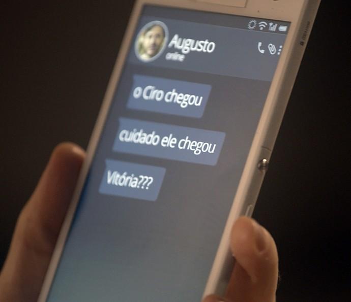 Vitória recebe mensagem de Augusto (Foto: TV Globo)