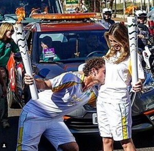 Felipe Andreoli beija a barriga de Rafa Brites (Foto: Arquivo Pessoal)