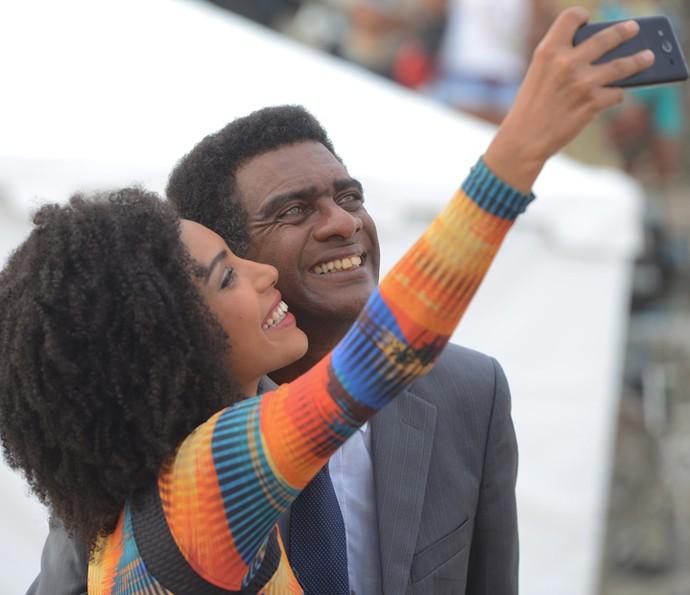 Zé Pedro posa sorridente com uma das modelos do concurso Garota Totalmente D+ (Foto: Pedro Carrilho / Gshow)
