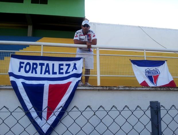 Vlairton Tomé, torcedor acompanha treino do Fortaleza no estádio Florestão (Foto: João Paulo Maia)