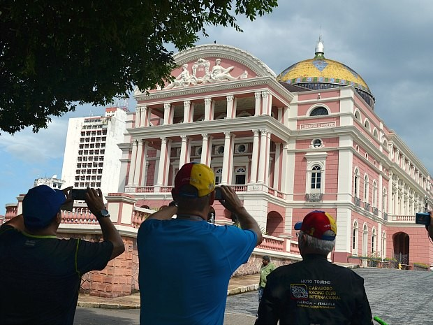 Dezenas de turistas visitam o Teatro Amazonas todos os dias (Foto: Yuri Maciel/G1)