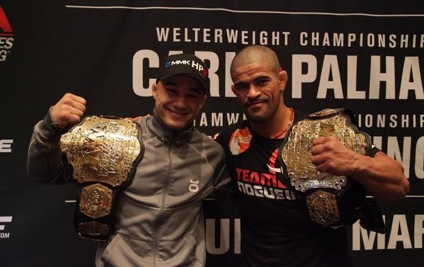 Toquinho e Marlon exibem os cinturões do WSOF (Foto: Evelyn Rodrigues)