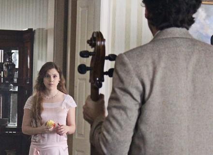 Cecília se recusa a fazer aula de música, mas muda de ideia ao ver Felipe
