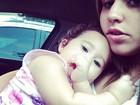 Perlla se aconchega com a filha antes de se apresentar em Nova Iguaçú