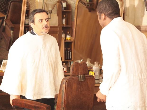 Bonifácio fica enfurecido e bate boca com Zé Maria (Foto: Lado a Lado / TV Globo)
