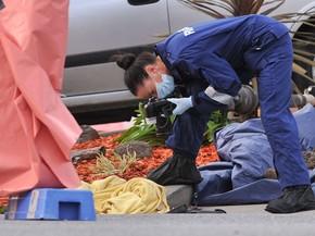 Perita fotografa objetos encontrados no local onde policiais mataram um suspeito de terrorismo na delegacia de Endeavour Hills, em Melbourne, na Austrália (Foto: AP Photo/AAP Image, Julian Smith)